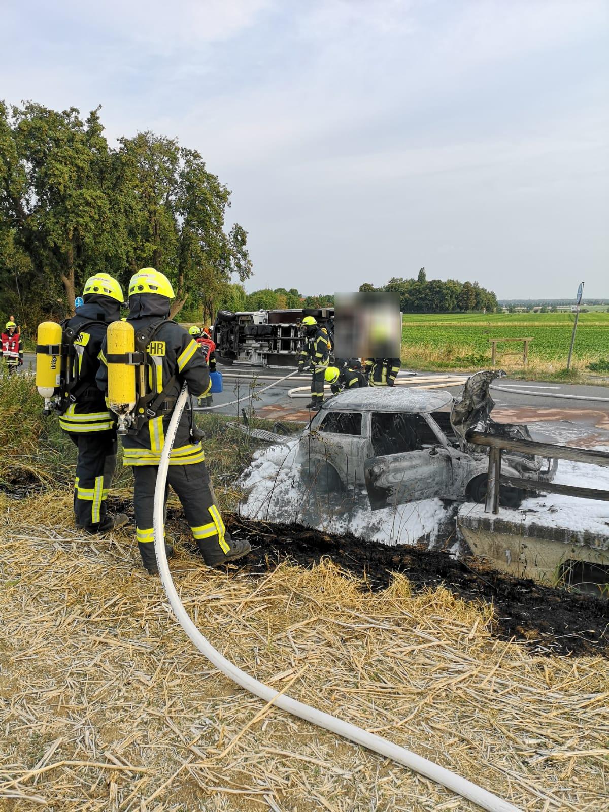 PKW brennt nach Verkehrsunfall